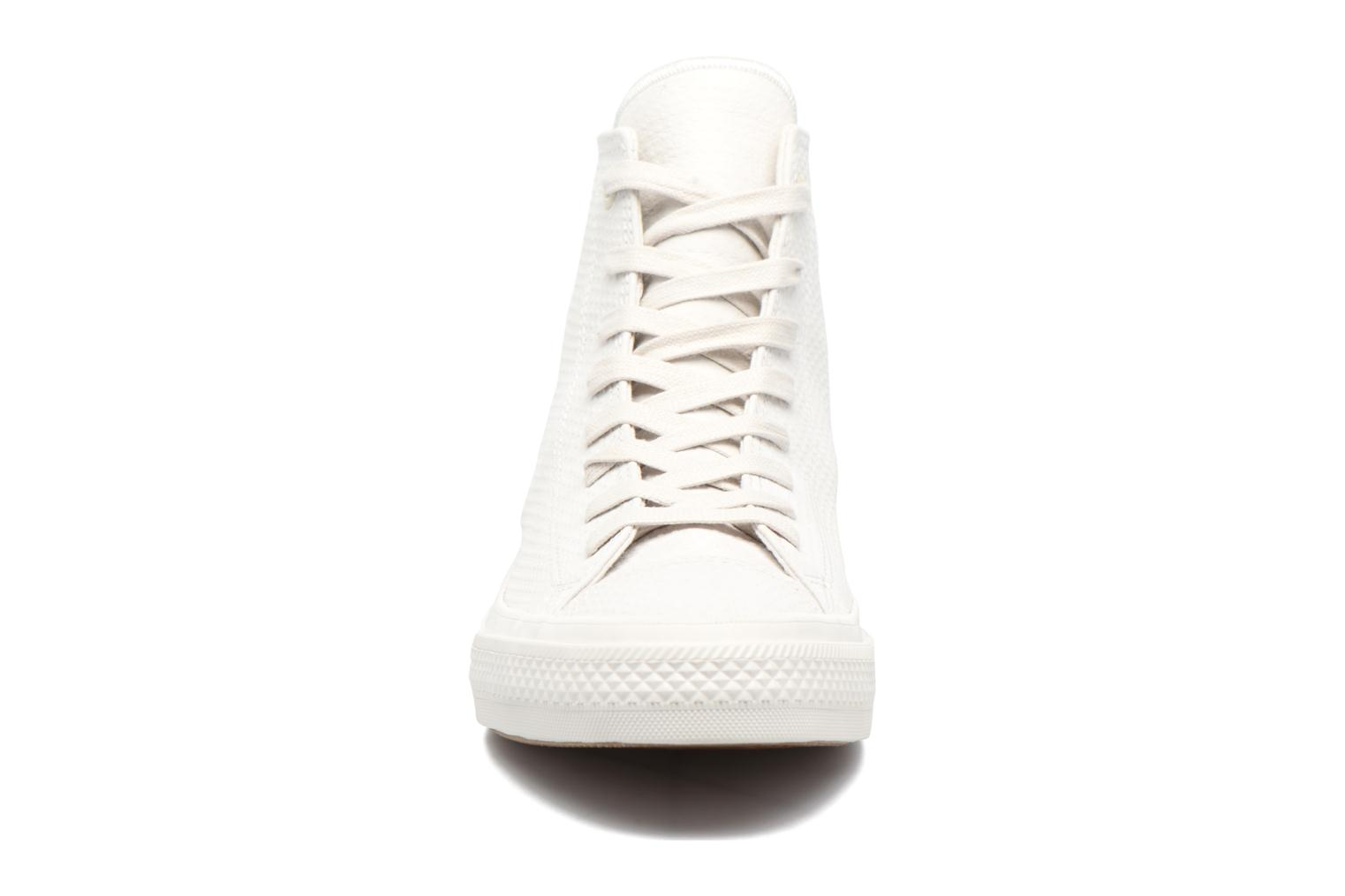 Baskets Converse Chuck Taylor All Star II Hi Lux Leather Beige vue portées chaussures