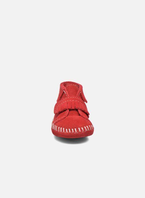 Botines  Minnetonka Front Strap Bootie Rojo vista del modelo