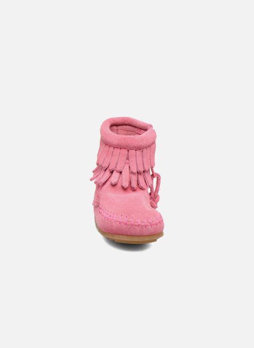 Botines  Minnetonka Double Fringe side zip boot B Rosa vista del modelo