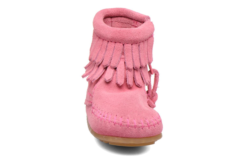 Stivaletti e tronchetti Minnetonka Double Fringe side zip boot B Rosa modello indossato