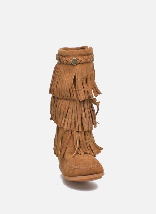 Stivali Minnetonka 3-Layer Fringe Boot E Marrone modello indossato
