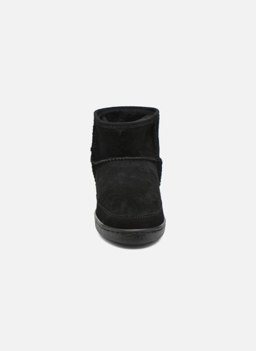 Botines  Minnetonka Ankle-Hi Sheepskin Pug Boot Negro vista del modelo
