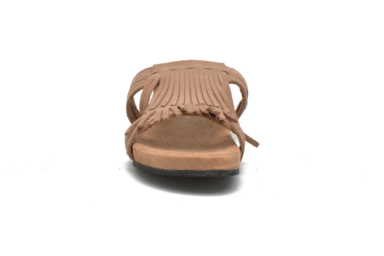 Mules et sabots Minnetonka Daisy Sandal Beige vue portées chaussures