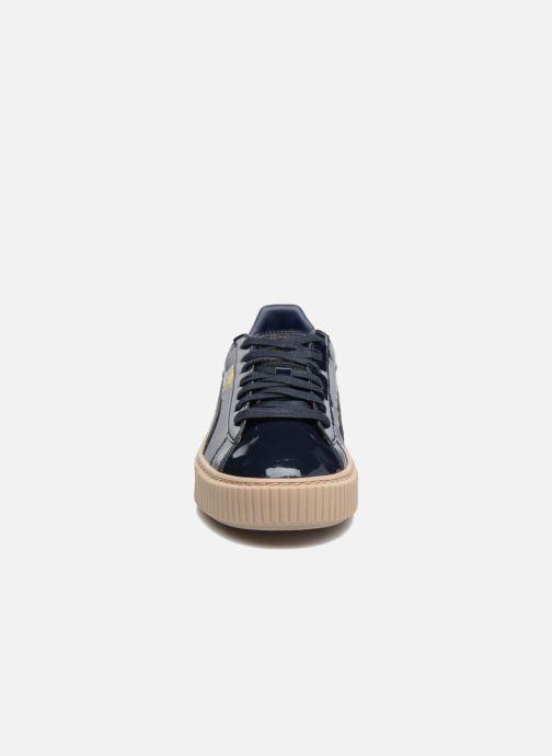 Sneakers Puma Wns Basket Platform Patent Azzurro modello indossato
