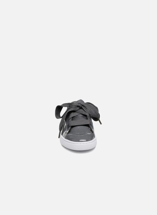 Sneakers Puma Basket Heart Patent Wn's Grigio modello indossato