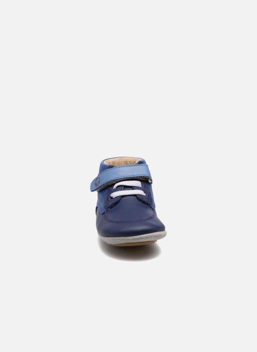 Pantuflas Robeez Follow me Baby Azul vista del modelo