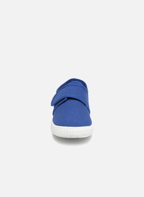 Sneakers Cienta Julio Azzurro modello indossato
