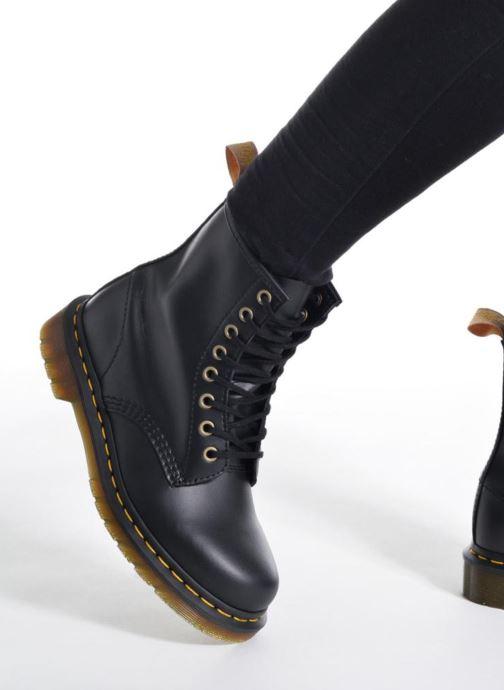 Stiefeletten & Boots Dr. Martens Vegan 1460 schwarz ansicht von unten / tasche getragen