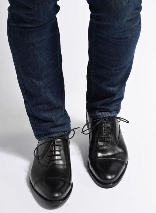 Schnürschuhe Marvin&Co Richmond schwarz ansicht von unten / tasche getragen