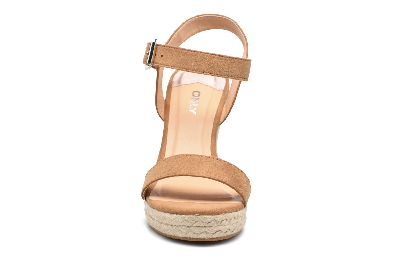Sandalias ONLY Amelia Etno Heeled Sandal Verde vista del modelo