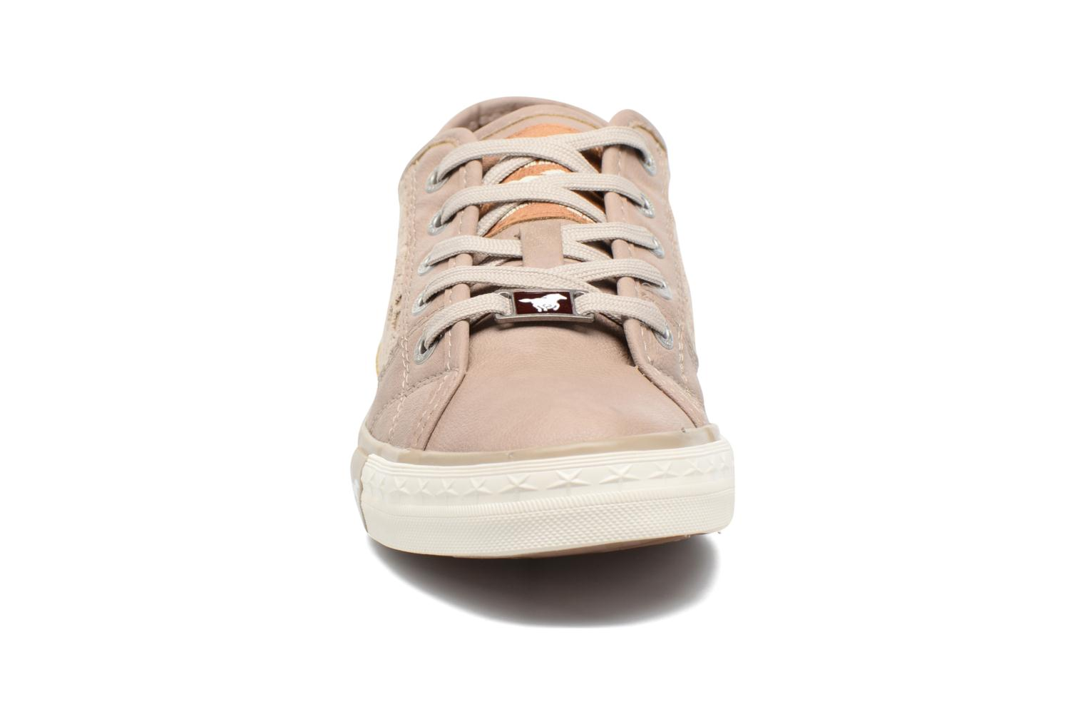Sneakers Mustang shoes Smith N Beige modello indossato