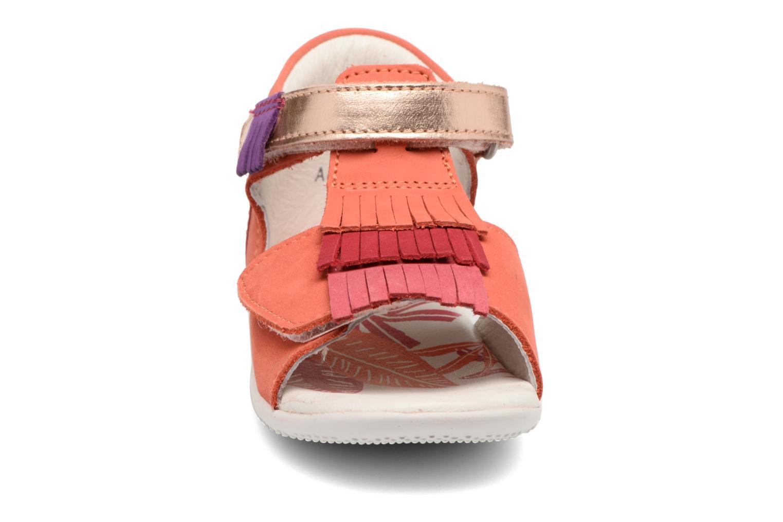 Sandali e scarpe aperte Kickers Bihilana Rosa modello indossato