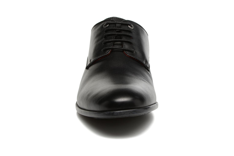Scarpe con lacci Kickers Praduks Nero modello indossato