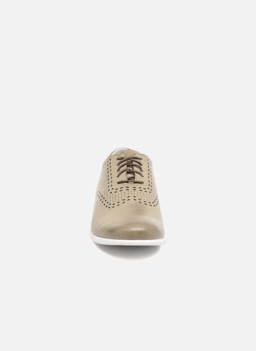 Zapatos con cordones Kickers Becki Gris vista del modelo