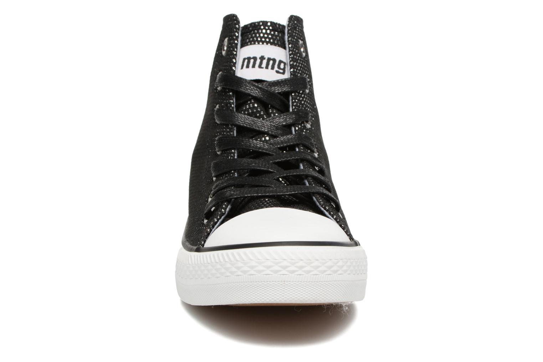 Sneakers MTNG Emi 13992 Nero modello indossato