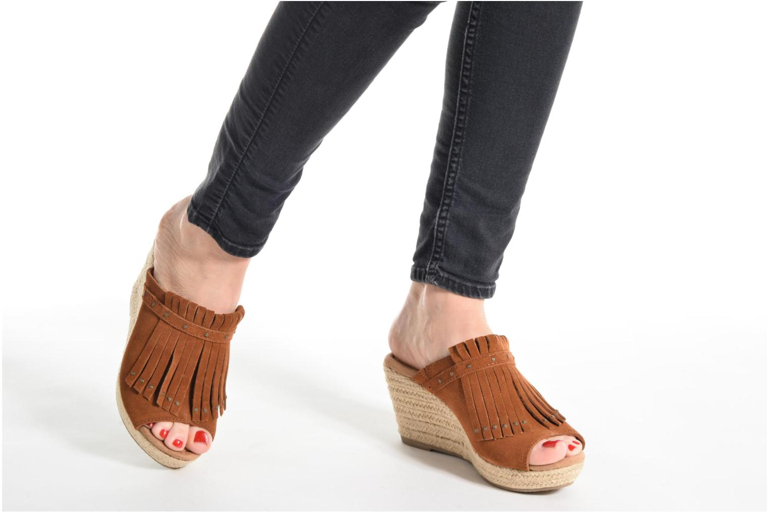 Mules & clogs Minnetonka Quinn Beige view from underneath / model view