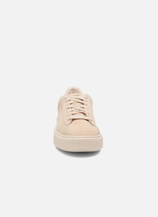 Baskets Puma WNS SUEDE PLATF SATIN Beige vue portées chaussures