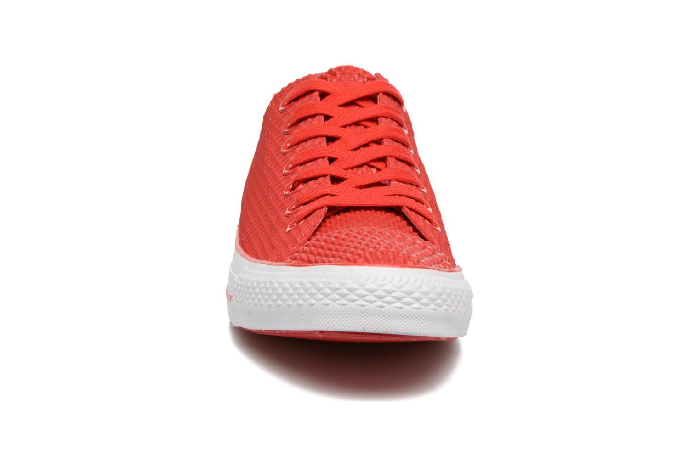 Sneakers Converse Ctas Pro Ox Rosso modello indossato