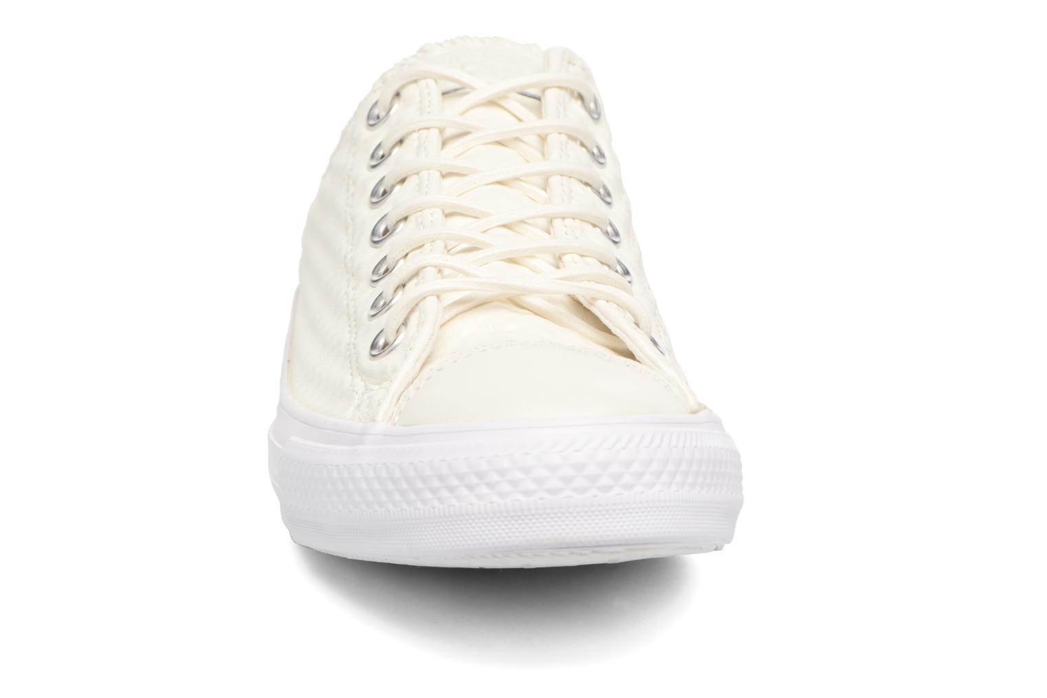 Baskets Converse Chuck Taylor All Star Craft Leather Ox M Blanc vue portées chaussures