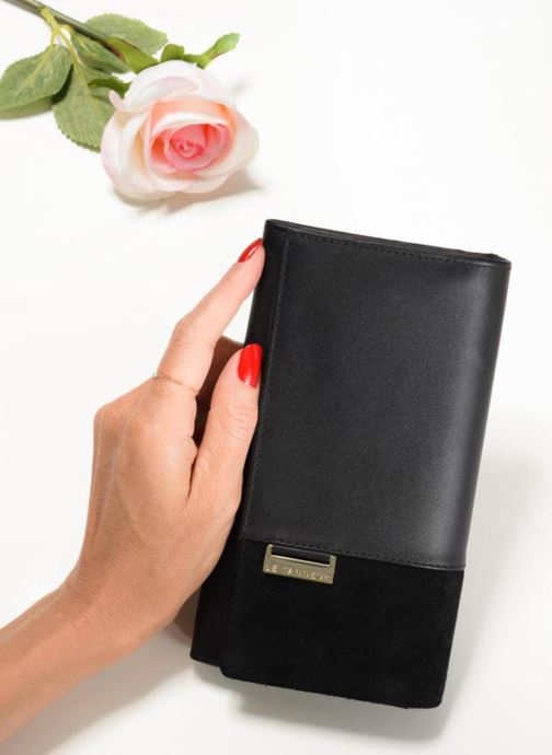 Wallets & cases Le Tanneur Porte monnaie Mila long Yellow view from underneath / model view