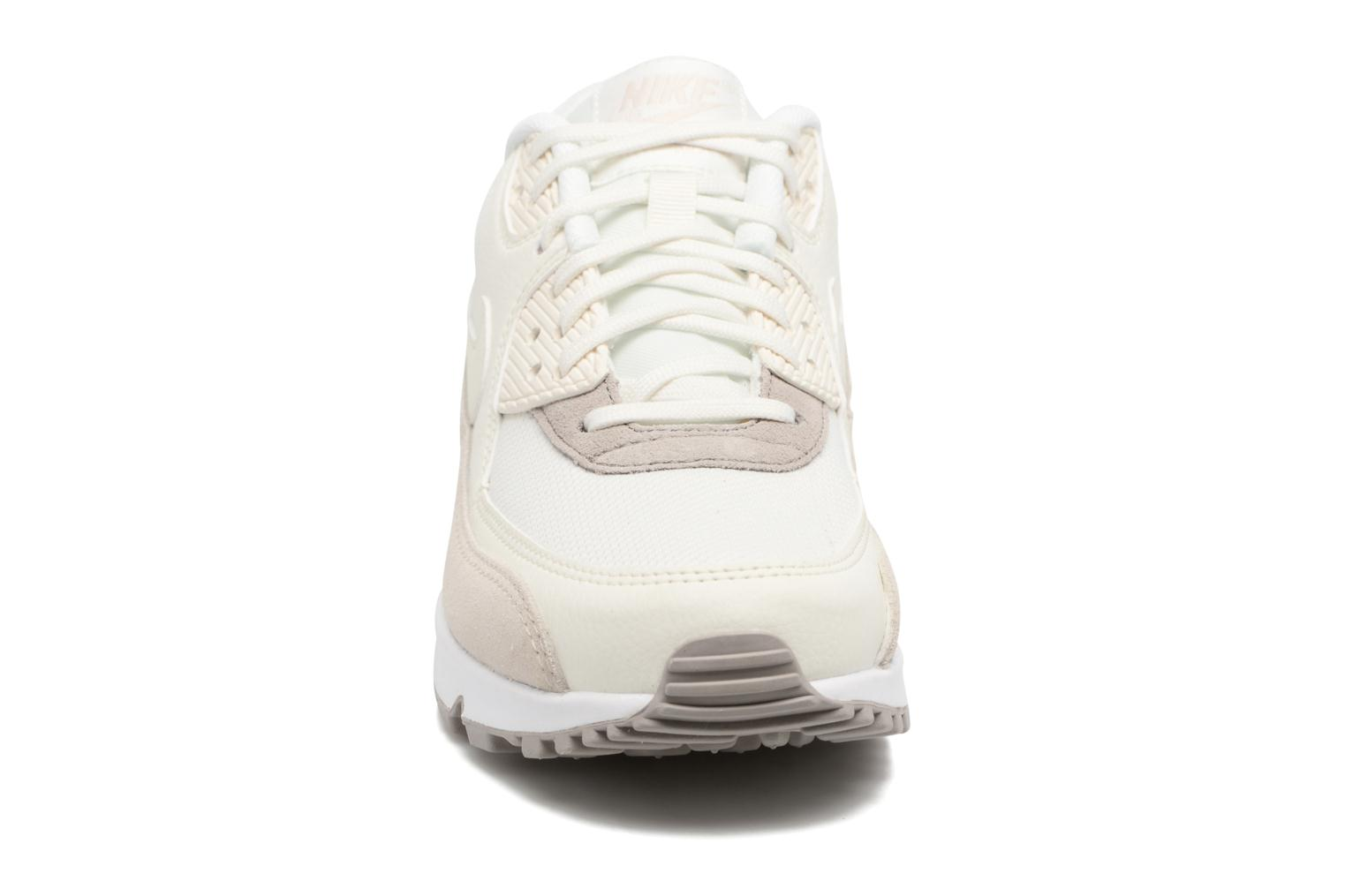 Sneakers Nike Wmns Air Max 90 Beige modello indossato