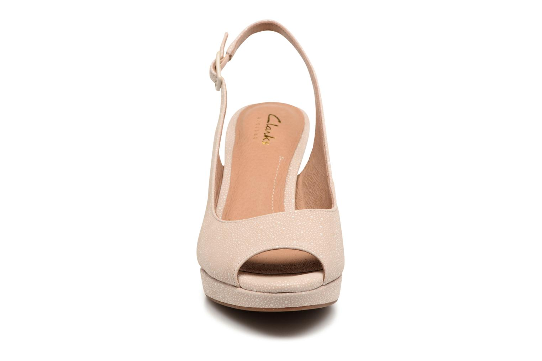 Sandali e scarpe aperte Clarks Mayra Blossom Beige modello indossato