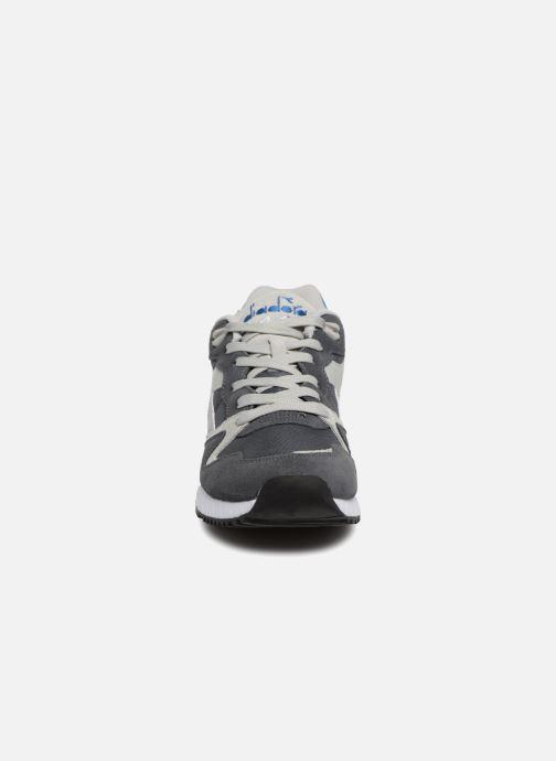 Baskets Diadora V7000 NYL II Gris vue portées chaussures