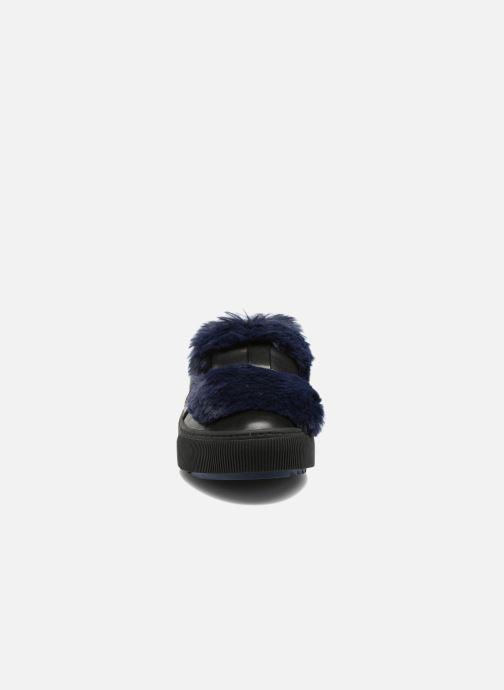 Sneakers Karl Lagerfeld Luxor Kup PomBow Slip On Nero modello indossato