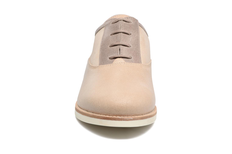 Scarpe con lacci Geox D PROMETHEA B Beige modello indossato