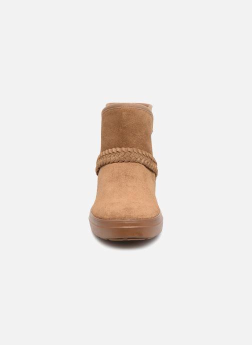 Boots Crocs Lodge Point Suede Bootie W Brun bild av skorna på