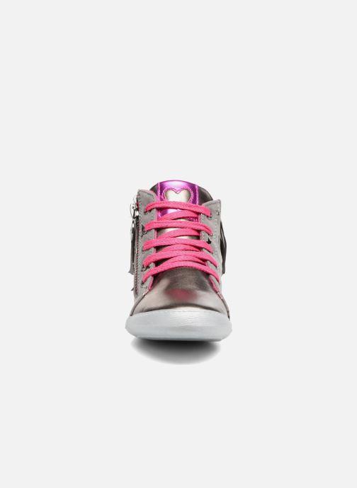 Sneakers Agatha Ruiz de la Prada Clever Mid 3 Argento modello indossato