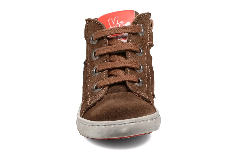 Sneakers Shoesme Sébastien Marrone modello indossato