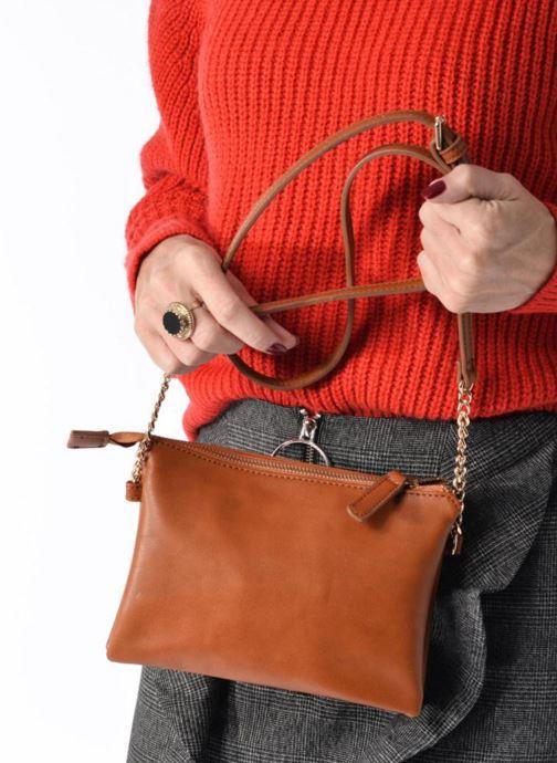Handtaschen Georgia Rose Daphné braun ansicht von unten / tasche getragen
