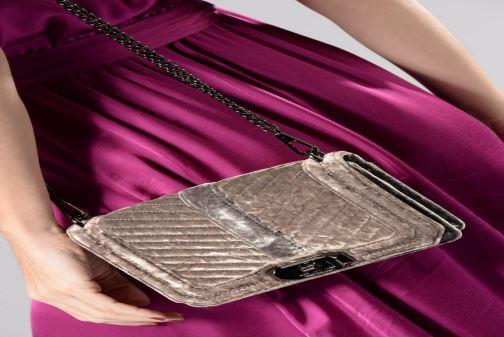 Handtaschen Rebecca Minkoff Chevron Quilted Small Love Crossbody Velvet grau ansicht von unten / tasche getragen