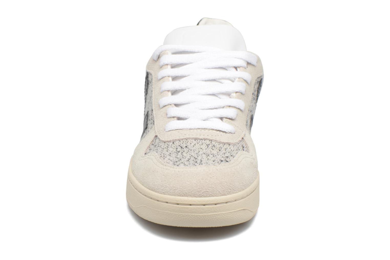 Baskets Veja V-10 Flannel Beige vue portées chaussures