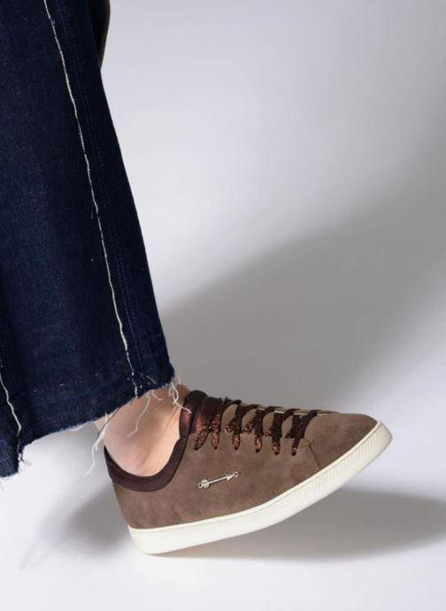 Sneaker Schmoove Woman Sally sneaker Suede braun ansicht von unten / tasche getragen