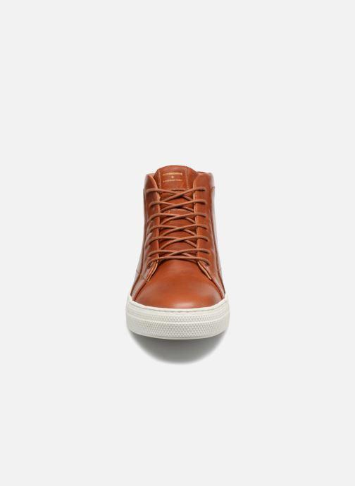 Sneakers Schmoove Spark Mid Marrone modello indossato