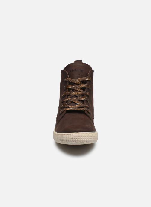Sneakers Victoria Bota Working Piel Marrone modello indossato