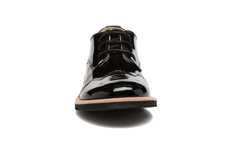 Scarpe con lacci Young Soles Olive Nero modello indossato