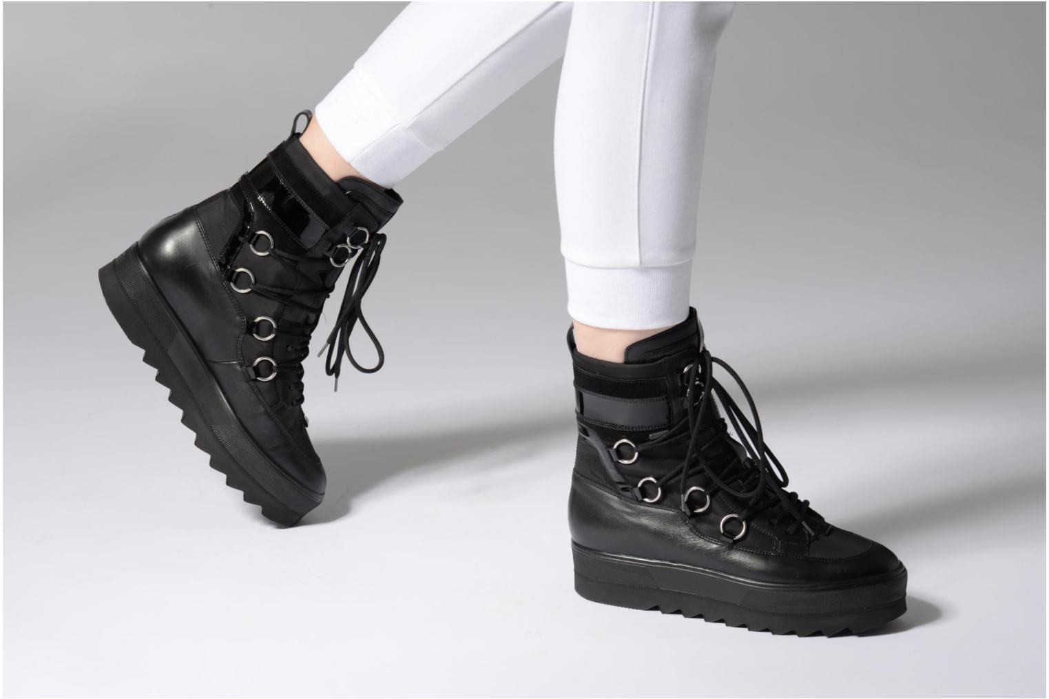 Ankle boots HÖGL Olivia Black view from underneath / model view