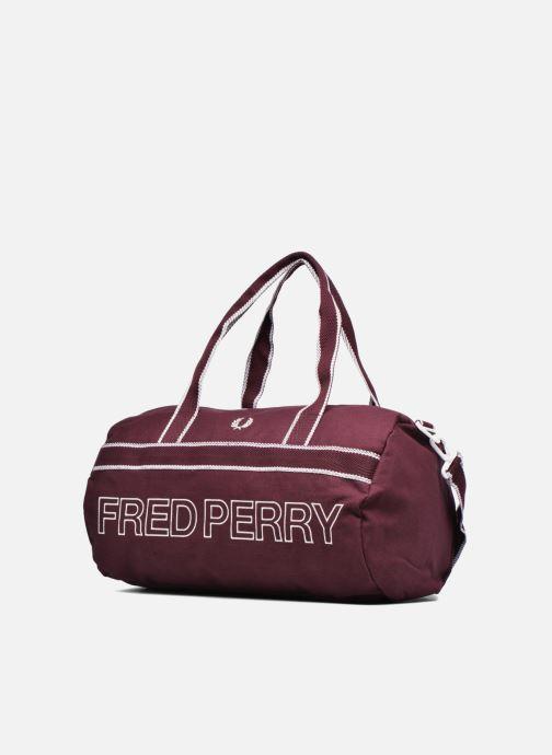Sacs de sport Fred Perry Sport Canvas Barrel Bag Rouge vue portées chaussures