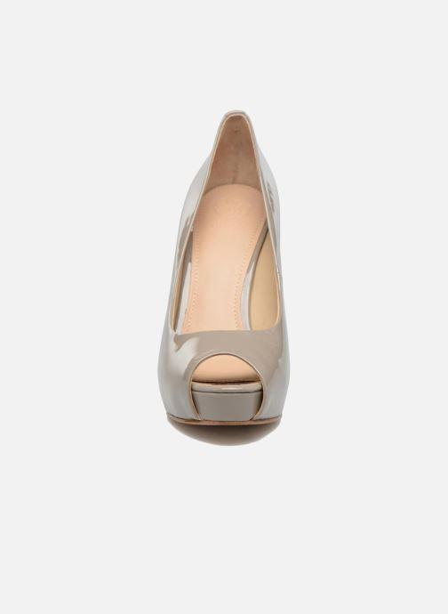 Zapatos de tacón Guess HADIE 6 Beige vista del modelo
