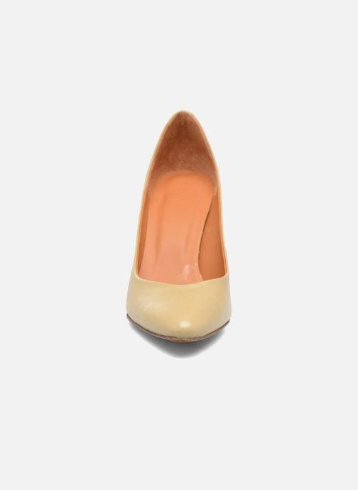 Zapatos de tacón BY FAR Niki Pump Beige vista del modelo