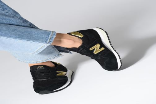 Sneaker New Balance WL520 grau ansicht von unten / tasche getragen
