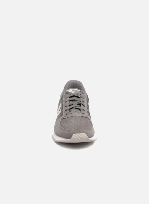 Baskets New Balance WL220 Gris vue portées chaussures