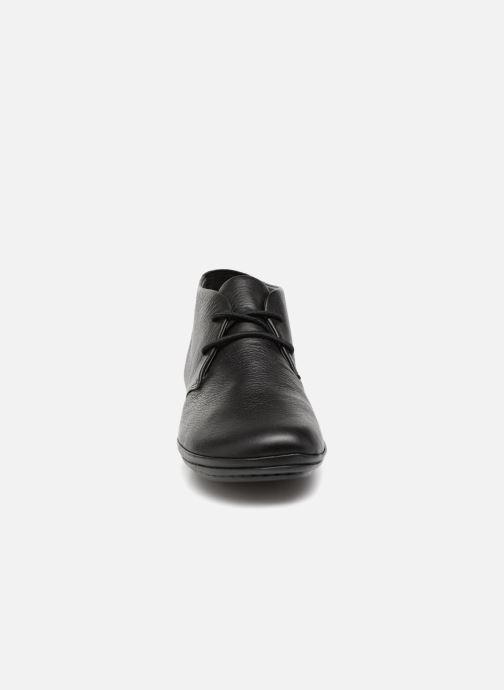 Scarpe con lacci Camper Right Nina K400221 Nero modello indossato