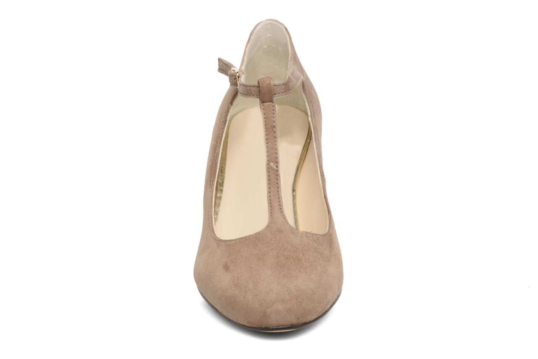 Zapatos de tacón Menbur Buren Beige vista del modelo