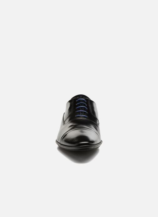 Scarpe con lacci Azzaro AVARLIN 96 Nero modello indossato