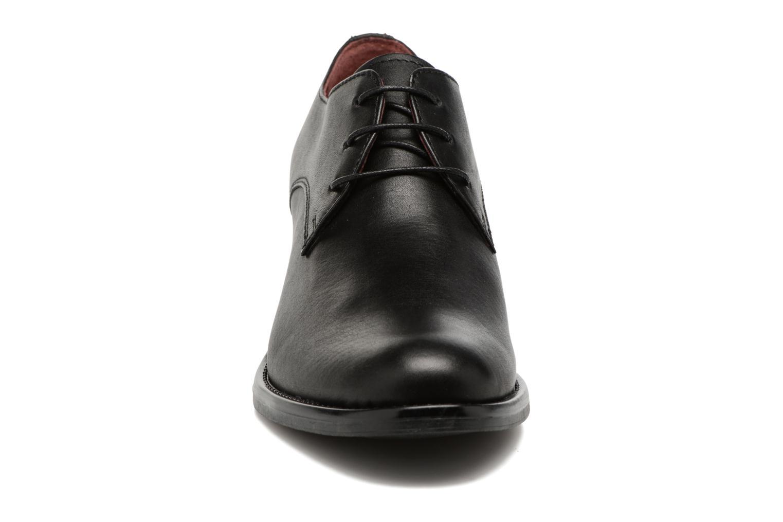 Scarpe con lacci Georgia Rose Nelace Nero modello indossato