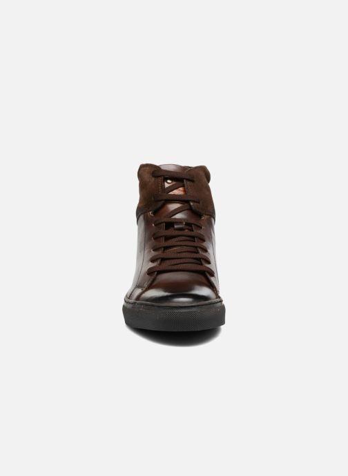 Sneakers Base London Jarret Marrone modello indossato